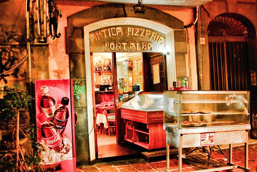 Entrada del famoso restaurante de pizza 'Antica Pizzeria Port'Alba'.