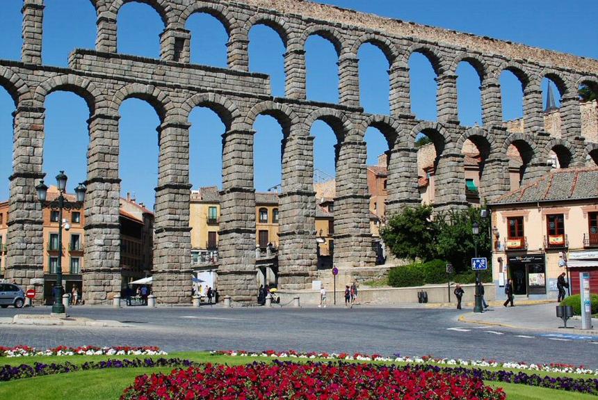 El acueducto de Segovia es un claro ejemplo de acueducto romano.