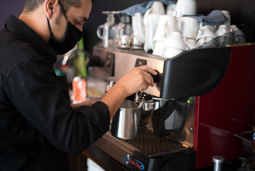 Barista sirviendo café en Lasagna Factory.
