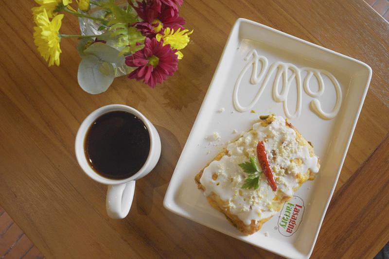 Café delicioso y platillos únicos en los desayunos de Lasagna Factory.